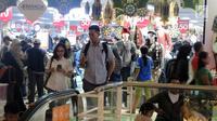 Pengunjung memadati Mal Ciputra Semarang, Selasa (12/6). Sejumlah pusat perbelanjaan menawarkan berbagai program menarik guna merebut hati konsumen yang berbelanja untuk merayakan Idul Fitri. (Liputan6.com/Gholib)
