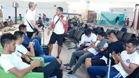 Pemain Arema FC saat melakukan perjalanan ke markas Perseru Badak Lampung FC. (Bola.com/Iwan Setiawan)