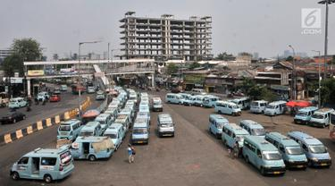 Angkutan kota (angkot) terparkir di Terminal Kampung Melayu, Jakarta, Selasa (10/7). Pemprov DKI Jakarta menargetkan seluruh operator angkot sudah bergabung dengan program OK Otrip pada akhir Juli 2018. (Merdeka.com/Iqbal Nugroho)