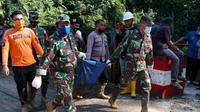 Evakuasi korban meninggal dunia akibat longsor (Istimewa)
