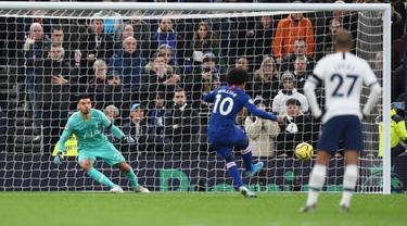 Winger Chelsea, Willian, kala mengeksekusi penalti ke gawang Tottenham Hotspur