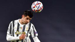 Striker Juventus, Alvaro Morata, menyundul bola saat melawan Dynamo Kiev pada laga Liga Champions di Stadion Allianz, Kamis (3/12/2020). Juventus menang dengan skor 3-0. (Marco Alpozzi/LaPresse via AP)