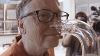 Bill Gates sedang mencium aroma feses dari parfum yang dikembangka. (Sumber: Co.Exist)