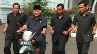 Almarhum Presiden RI ke-2 Soeharto menaiki sepeda motor yang dirancang oleh 12 insinyur muda Indonesia Astra di istana (24/9/1997). (ANTARA/AFP)