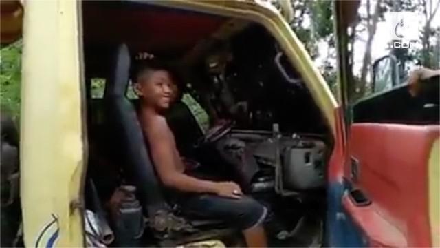 Bocah berusia 13 tahun mencoba bertahan hidup dengan jadi sopir truk. Belum diketahui penyebab sang bocah berhenti sekolah dan lebih memilih untuk bekerja.