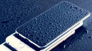 Ilustrasi smartphone basah karena hujan