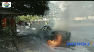 Kebakaran diduga karena adanya percikan api dari bagian belakang mobil.
