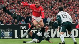 Legenda hidup Manchester United, Eric Cantona, melewati hadangan striker Liverpool, Robbie Fowler, pada laga final Piala FA di Stadion Wembley, Inggris, Sabtu (11/5/1996). (AFP/Gerry Penny)