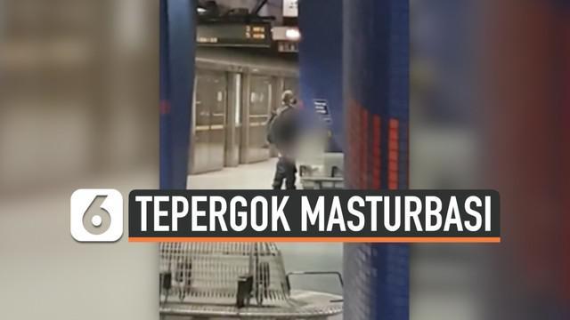 Seorang pria kedapatan melakukan hal tidak pantas di tempat umum.  Ia masturbasi di stasiun kereta bawah tanah North Greenwich, London.