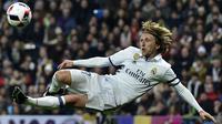 Gelandang Real Madrid, Luka Modric, berusaha membobol gawang Sevilla. Namun Los Blancos tetap tampil ganas dan membuat tamunya pulang dengan kekalahan telak. (AFP/Gerard Julien)
