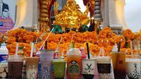 Bubble tea jadi persembahan para dewa di kulil-kuil di Thailand. (dok. Facebook.com/Payunbud)