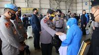 Kapolri Jenderal Listyo Sigit Prabowo menghadiri upacara penganugerahan tanda kehormatan dan Kenaikan Pangkat Luar Biasa (KPLB) terhadap prajurit awak KRI Nanggala-402 di Hanggar Pangkalan Udara TNI Angkatan Laut (Lanudal) Juanda, Surabaya, Jawa Timur, Kamis (29/4/2021).