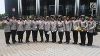 Sejumlah polisi wanita (polwan) berpose dengan menunjukkan pin antikorupsi di depan Gedung KPK, Jakarta, Kamis (29/8/2019). Jelang HUT ke-71 Polwan RI, sejumlah polisi wanita menggelar pertemuan dengan Wakil Ketua KPK Irjen Pol (Purn) Basaria Panjaitan. (Merdeka.com/Dwi Narwoko)