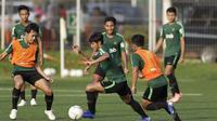 Pemain Timnas Indonesia U-22, Firza Andika, menggiring bola saat latihan di Lapangan ABC Senayan, Jakarta, Kamis (14/2). Latihan ini merupakan persiapan terakhir jelang Piala AFF U-22 2019 di Kamboja. (Bola.com/M. Iqbal Ichsan)