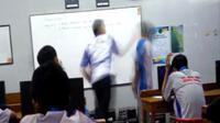 Seorang guru menampar siswanya di depan kelas dan direkam oleh siswa lainnya. (Foto: Liputan6.com/Istimewa/Muhamad Ridlo)