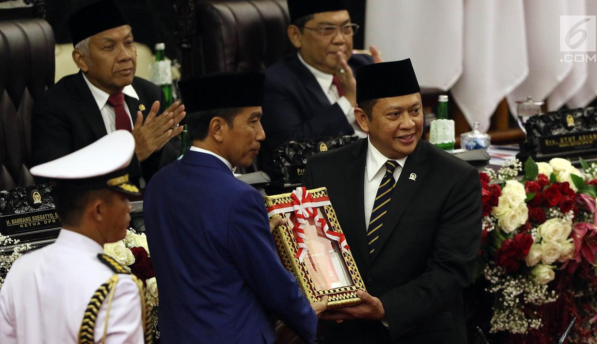 Presiden Joko Widodo menyerahkan RUU tentang APBN TA 2020 beserta Nota Keuangan dan pendukungnya kepada Ketua DPR Bambang Soesatyo dalam Sidang Paripurna di Gedung DPR, Jakarta, Jumat (16/8/2019). Nantinya DPR akan membahas RAPBN 2020 untuk selanjutnya disahkan menjadi UU. (Liputan6.com/JohanTallo)