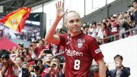 Andres Iniesta menyapa penggemar saat memasuki stadion di NOEVIR Stadium Kobe, Kobe, (26/5/2018). Iniesta dikontrak Vissel Kobe selama tiga tahun. (Michi Ono/Kyodo News via AP)