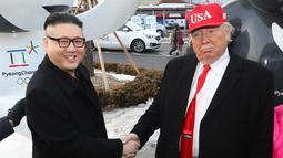 Dua pria berpakaian seperti pemimpin Korea Utara Kim Jong Un (kiri) bersalaman dengan Presiden AS, Donald Trump saat menghadiri upacara pembukaan Olimpiade Pyeongchang 2018 di Pyeongchang, Korea Selatan (9/2). (Jo Hyun-woo / Yonhap via AP)