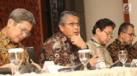 Gubernur BI, Perry Warjiyo (kedua kiri) saat jumpa pers di Gedung BI, Jakarta, Jumat (29/06). Pada Rapat Dewan Gubernur BI, suku bunga Lending Facility (LF) sebesar 50 bps menjadi 6%, berlaku efektif sejak 29 Juni 2018. (Liputan6.com/Herman Zakharia)
