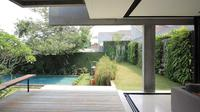 Halaman belakang dengan vertical garden di sekeliling kolam renang, hunian karya SUB Architect. (dok. Arsitag.com/Dinny Mutiah)
