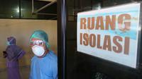 Sejumlah tenaga kesehatan mempersiapkan ruang isolasi Covid-19 di RSUD Anutapura Palu. Ruang itu disiapkan sejak bulan Maret 2020. (Foto: Liputan6.com/ Heri Susanto).
