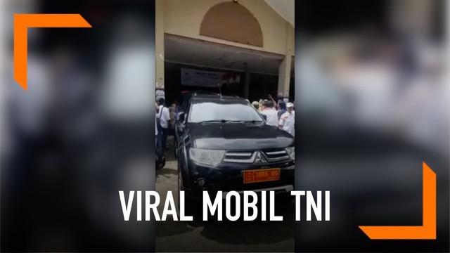 Video yang memperlihatkan sebuah mobil dengan pelat nomor dinas TNI mengangkut logistik di acara salah satu capres viral di media sosial. Mabes TNI pun angkat bicara terkait peristiwa tersebut.