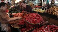 Pedagang menata cabai untuk di jual di Pasar di Jakarta, Senin (20/2).  Kementan tidak akan mengambil langkah untuk mengimpor cabe dan bawang. Walau pun saat ini, harga cabe dan bawang mengalami keniakan. (Liputan6.com/Angga Yunair)