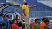 Pelatih tim PON Jatim, Rudy Keltjes, memberikan instruksi kepada anak asuhnya ketika beruji coba dengan Arema FC di Stadion Kanjuruhan, Malang, Kamis (10/9/2020). (Bola.com/Iwan Setiawan)