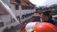 Petugas pemadam kebakaran berusaha memadamkan kobaran api yang melanda Museum Bahari di Penjaringan, Jakarta Utara, Selasa (16/1). Api mengamuk di Gedung C, yang berlokasi di bagian belakang museum. (Liputan6.com/Istimewa)