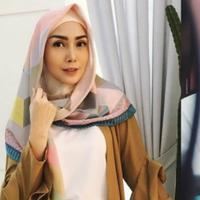 Gaya hijab presenter cantik.