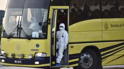 Warga Malaysia berada di dalam bus saat tiba setelah dievakuasi dari Wuhan, China akibat virus corona di Bandara Internasional Kuala Lumpur di Sepang, Selasa, (4/2/2020). Warga Malaysia yang dievakuasi akan dikarantina selama 14 hari.  (Muzzafar Kasim/Malaysia's Minis
