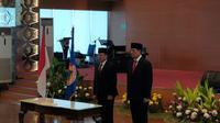 Prosesi serah terima jabatan sekaligus pisah sambut Kepala BNPB lama Laksda TNI Willem Rampangilei kepada Kepala BNPB baru Letjen TNI Doni Monardo. (Liputan6.com/ Nanda Perdana Putra)