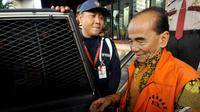 Annas Maamun saat memasuki mobil yang menjemputnya usai menjalani pemeriksaan lanjutan di gedung KPK, Jakarta, Senin (15/12/2014). (Liputan6.com/Miftahul Hayat)