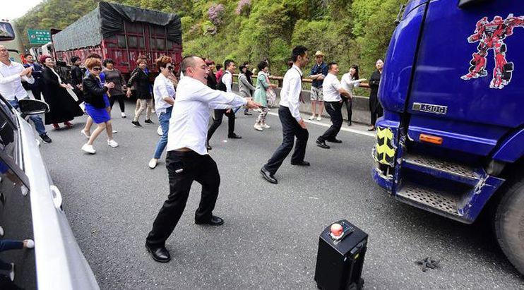 Tarian yang dilakukan mirip dalam adegan pembuka film La La Land di jalan bebas hambatan di Xi'an, China. (Shanghaiist)