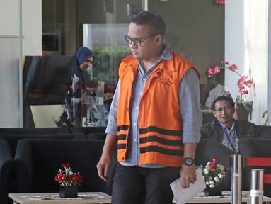 Tersangka Irvanto Hendra Pambudi mengenakan rompi oranye seusai pemeriksaan di gedung KPK, Jakarta, Senin (2/4). Irvanto kembali menjalankan pemeriksaan lanjutan pengembangan kasus dugaan korupsi proyek pengadaan E-KTP. (Liputan6.com/Herman Zakharia)