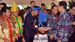 Presiden Joko Widodo bersalaman dengan Walikota Bandung, Ridwan Kamil saat peringatan Hari Pers Nasional 2016 di Kawasan Ekonomi Khusus Mandalika, Kabupaten Lombok Tengah, Nusa Tenggara Barat (NTB), Selasa (9/2). (Setpres/Agus Suparto)
