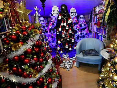 Salah satu pohon Natal yang dihiasi Darth Vader of Star di rumah keluarga Thomas Jeromin di Rinteln, Jerman, Minggu (8/12/2019). Thomas Jeromin memenuhi rumahnya dengan 350 pohon Natal di hampir tiap sudut rumah, mulai dari ruang tamu, dapur sampai kamar mandi. (Ina FASSBENDER/AFP)