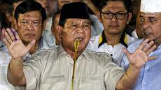 Calon presiden no urut 02 Prabowo Subianto bersama Badan Pemenangan Nasional (BPN) memberikan pidato politiknya di Kertanegara, Jakarta, Rabu (17/4). Prabowo Subianto mendeklarasikan kemenangannya dari hasil real count BPN di Pilpres 2019 pada angka 62%. (Liputan6.com/Johan Tallo)