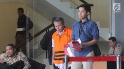 Supervisor KPP Pajak Pratama Ambon Sulimin Ratmin usai menjalani pemeriksaan di Gedung KPK, Jakarta, Rabu (19/12). Sulimin diperiksa sebagai tersangka terkait dugaan menerima suap upaya pengurangan pajak yang harus dibayar. (Merdeka.com/Dwi Narwoko)