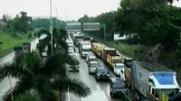 Anteran kendaraan dari Pondok Indah menuju Cikunir, Bekasi. Sementara itu, Pelabuhan Ketapang, Banyuwangi dipadati calon penumpang.