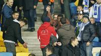 Sedikitnya empat orang menjadi korban tindakan rasis yang dilakukan oleh fans Dynamo Kiev.