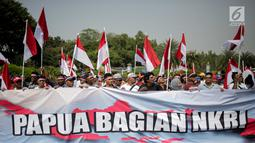 Massa Aliansi Masyarakat Indonesia Timur menggelar unjuk rasa di depan Istana Merdeka, Jakarta, Senin (2/9/2019). Massa menyatakan bahwa Papua tetap NKRI dan meminta pemerintah mengusut tuntas kasus rasis yang berujung konflik. (Liputan6.com/Faizal Fanani)