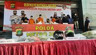 Polisi menangkap tiga tersangka penembakan terhadap paranormal di Tangerang. Kepolisian menyatakan bahwa korban bukan seorang ustaz, seperti yang ramai diberitakan. (Liputan6.com/Ady Anugrahadi)