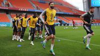 Para pemain Prancis melakukan pemanasan saat mengikuti latihan di Yekaterinburg, Rusia, (20/6). Prancis akan menghadapi Peru paada pertandingan lanjutan grup C Piala Dunia 2018. (AP Photo / David Vincent)