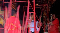 Beberapa petugas tengah sibuk berbenah di Klenteng Boen Tek Bio, Tangerang, Selasa (10/2/2015). Perawatan tersebut merupakan persiapan menyambut Tahun Baru Imlek 2566 yang jatuh pada 19 Februari. (Liputan6.com/Faisal R Syam)