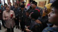 Wali Kota Surabaya, Tri Rismaharini (Risma) bertemu anak-anak yang pernah belajar di Liverpool, Inggris.(Foto: Liputan6.com/Dian Kurniawan)