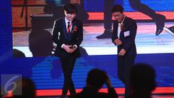 Leeteuk Super Junior didampingi CEO SM Entertainment, Lee Soo Man seusai jadi pembicara di acara Indonesia-Korea Business Summit 2017 di di Hotel Shangri-La, Jakarta, Selasa (14/3). (Liputan6.com/Herman Zakharia)