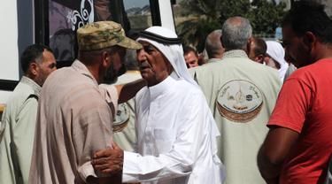 Keluarga mengantar warga Suriah dari provinsi Idlib untuk menuju Tanah Suci Makkah di kota Binnish, Senin (22/7/2019). Jemaah calon haji asal Suriah melakukan perjalanan ke Arab Saudi untuk menjalankan ibadah haji dari perbatasan Bab al-Hawa yang berseberangan dengan Turki. (Omar HAJ KADOUR/AFP)
