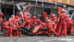 Sebastian Vettel saat menggati ban di pit stop pada balapan F1 Grand Prix di Hockenheim racing circuit, Jerman, (22/7/2018). Vettel kehilangan kendali saat perubahan cuaca dan menabrak pembatas. (AFP/POOL/Valdrin Xhemaj)