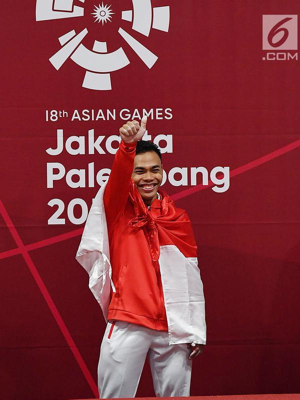 Atlet angkat besi Indonesia Eko Yuli Irawan bersiap menerima medali nomor angkat besi putra 62 kg Group A Asian Games ke-18 2018 di JiExpo Jakarta, Senin (20/8). Eko berhasil meraih emas pada nomor tersebut. (Merdeka.com/Imam Buhori)